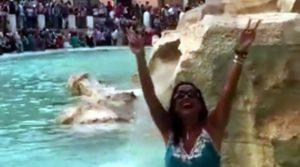Aida si fa un bagno nella fontana di Trevi