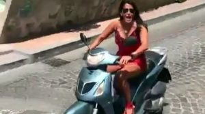 AIDA NIZAR SI SCHIANTA IN MOTORINO(video)