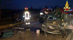 Terribile frontale tra due auto, morto schiacciato tra le lamiere