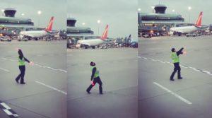 Bimba piange in aereo: il ballo dell'agente è viraleVideo)