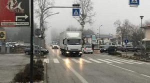 Sedicenne travolto da un camion: è in condizioni molto gravi