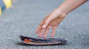 Trova portafogli con 35mila euro e lo restituisce