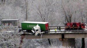 Belforte, camion resta in bilico su un cavalcavia
