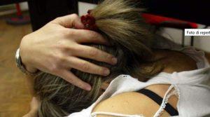 Risponde ad annuncio per babysitter: violentata da una coppia