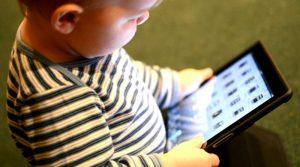 Bambino di 3 anni blocca iPad del papà per 49 anni
