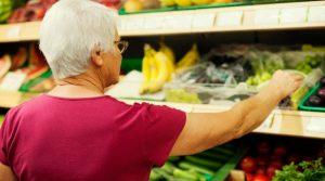 Torino, anziana muore mentre fa spesa: supermercato resta aperto