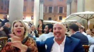 Tina Cipollari scatenata col fidanzato al concerto